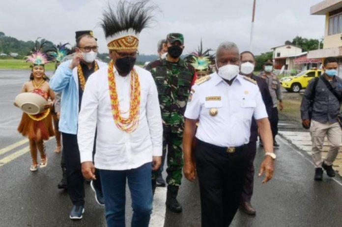 Tiba di Manokwari, Menkominfo Disambut Gubernur Mandacan